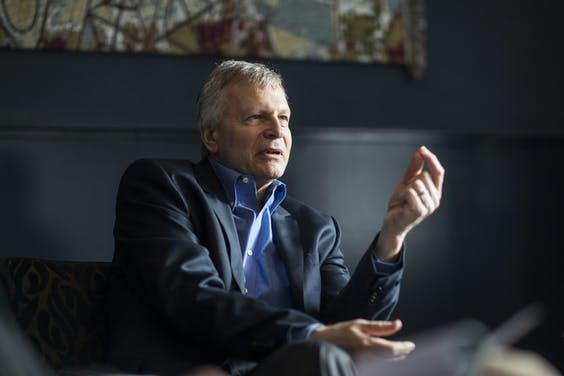 Dani Rodrik is professor of international political economy at Harvard University. He is of Turkish origin, wrote his dissertation at Princeton and publishes in international economics, economic development and political economy. He is known with a wider audience for introducing the globalisation trilemma: a country cannot, at the same time, integrate in global markets and be democratic and souverain (Rodrik, 2012).