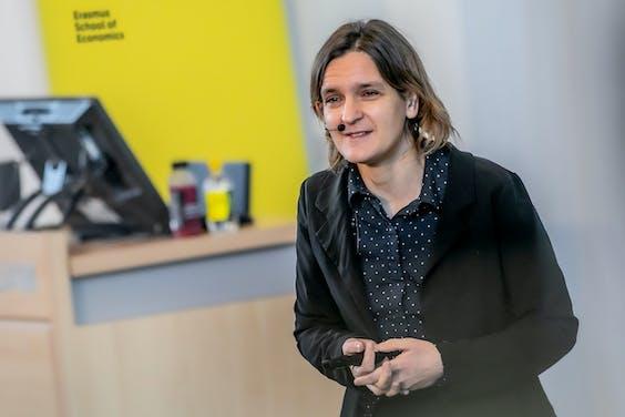 Esther Duflo tijdens de lezing bij Erasmus School of Economics
