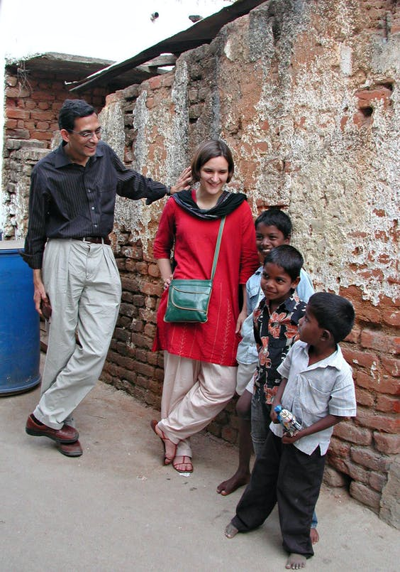 Esther Duflo en Abhijit Banerjee in India